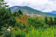 大菩萨Dordenma雕象的看法从市的廷布,不丹 图库摄影