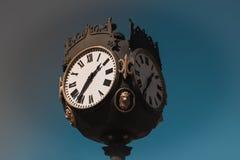 大葡萄酒时钟在城市 图库摄影