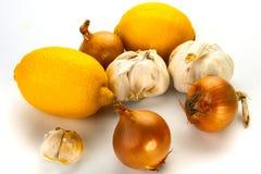大蒜、柠檬和葱作为自然医学 免版税库存图片