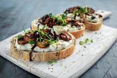 大蒜与乳脂状的herbed乳清干酪chees传播的蘑菇多士 免版税库存图片