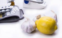 大蒜和柠檬是更好的补救然后药片和药物 库存照片