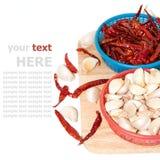 大蒜和烘干在切板的红色peppe 免版税库存照片