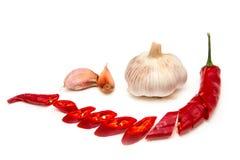 大蒜和胡椒白色背景 免版税库存照片