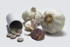 大蒜和草本补充药片 库存照片