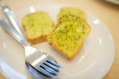 大蒜和草本面包 免版税库存照片