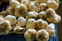 大蒜在市场上 库存照片