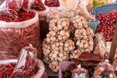 大蒜在香料市场上 库存照片