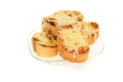大蒜在玻璃板的乳酪面包 免版税库存照片