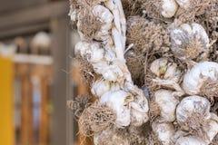 大蒜垂悬在大阳台的干燥捆绑 免版税图库摄影