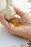 大蒜新鲜的大蒜头和胶囊油 免版税库存照片