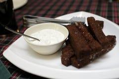 大蒜油煎方型小面包片用调味汁 库存照片