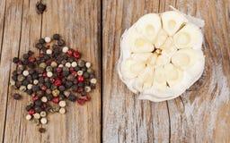 大蒜用在木头的胡椒 库存图片