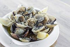 大蒜白葡萄酒蒸蛤蜊海鲜塔帕纤维布简单的快餐 免版税图库摄影
