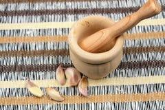 大蒜的小木灰浆 免版税库存图片