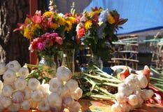 大蒜被卖在农夫市场上 库存照片