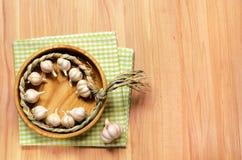 大蒜辫子在木桌上的 免版税库存图片