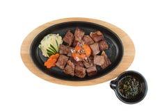 大蒜Saikoro牛排被隔绝的顶视图:半生半熟模子wagyu顶部与剁碎在热板的红萝卜服务用土豆沙拉 库存照片