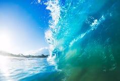 大蓝色海浪飞溅 免版税库存图片