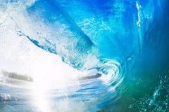 大蓝色海浪飞溅 图库摄影