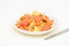 大蕃茄和鸡蛋在白色背景混合 库存照片
