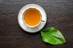 从大蕉的芳香有机自然清凉茶离开 免版税库存照片