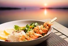 大虾、米和日落 库存图片