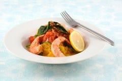 大虾和意大利粉南瓜用烤蕃茄和菠菜 免版税库存照片