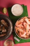 大虾和美味调味汁在桃红色背景垂直 免版税图库摄影