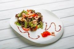 大虾和蔬菜沙拉用乳酪在板材 免版税库存图片