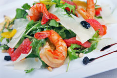 大虾和蔬菜沙拉 免版税库存图片