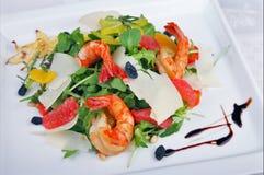 大虾和蔬菜沙拉 库存照片