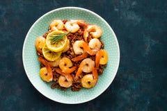 大虾在格栅烤了并且煮沸了在板材的糙米 烤虾,大虾用米 海鲜 亚洲烹调 顶视图 免版税库存图片