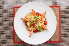 大虾开胃菜用圆白菜、甜椒和蕃茄 库存图片