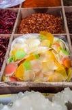 大虾薄脆饼干和干辣椒待售在一个香料市场上在北京,中国 库存图片