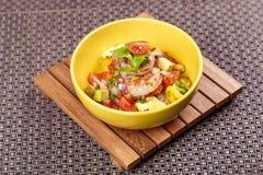 大虾虾仁开胃品沙拉用鲕梨、蕃茄和莴苣 库存图片