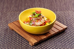 大虾虾仁开胃品沙拉用鲕梨、蕃茄和莴苣 免版税库存照片