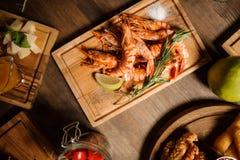 大虾鲜美盘在一张木桌上的 库存照片