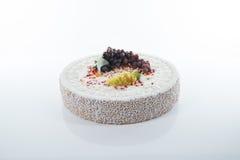 大蛋糕用果子和饼干 免版税库存照片