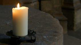 大蜡白色蜡烛烧伤和立场在一个老烛台在一个老中世纪教会里在德国 股票录像