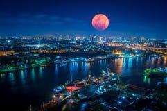 大血淋淋的月亮与闪烁的光的夜 免版税库存图片