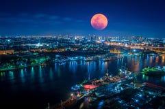 大血淋淋的月亮与闪烁的光的夜 免版税库存照片