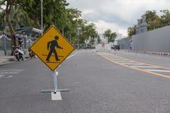 大行人交叉路标志被采取在停车场 在泰国 免版税库存照片