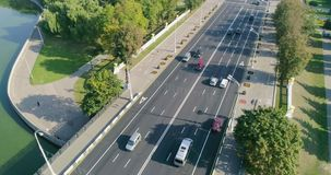 大街交通鸟瞰图在米斯克,白俄罗斯 胜利正方形和城市的都市风景中央街道 股票视频