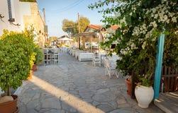 大街在Perdika,埃伊纳岛海岛,希腊村庄  图库摄影