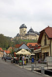 大街导致Karlstein城堡的, Karlstejn,捷克 库存图片