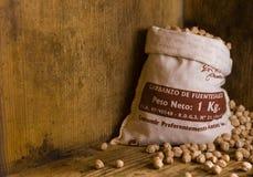 大袋在条板箱的鹰嘴豆 免版税库存图片