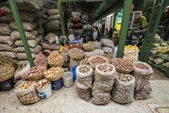 大袋在Paloquemao食品批发市场的土豆 免版税图库摄影