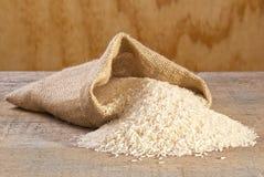 从大袋溢出的印度大米 免版税库存照片