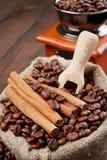 大袋用咖啡豆和磨咖啡器 库存照片