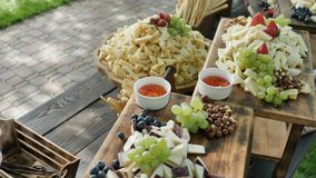 大被分类的自然和健康有机乳酪切达乳酪荷兰扁圆形干酪巴马干酪和果子莓果面包条和坚果的 影视素材